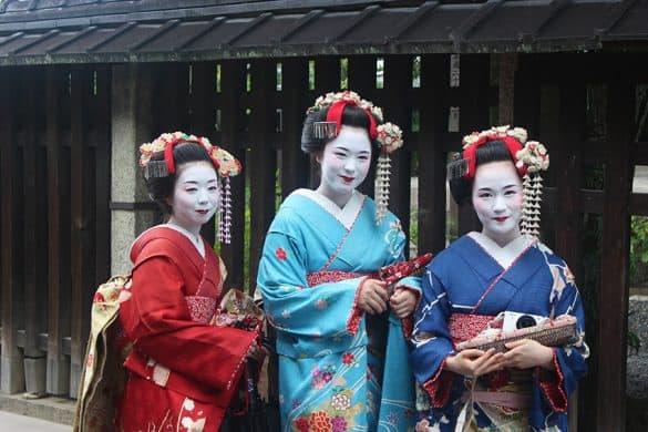 Kyoto Geisha in posa nel quartiere di Gion