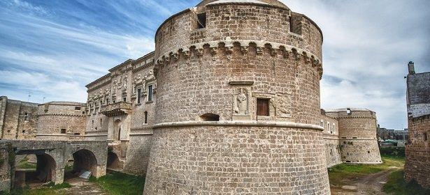 Uno dei quattro torrioni del castello