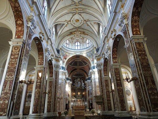 L'nterno della Basilica di Monopoli